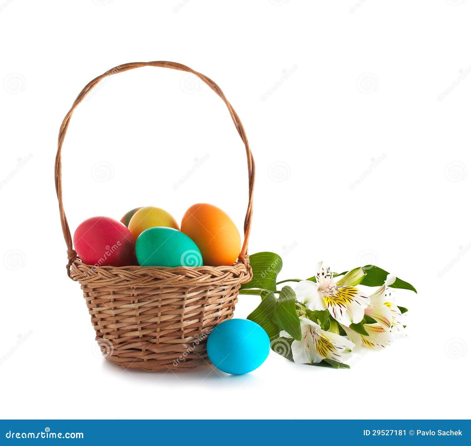 Cesta com os ovos da páscoa e as flores isolados