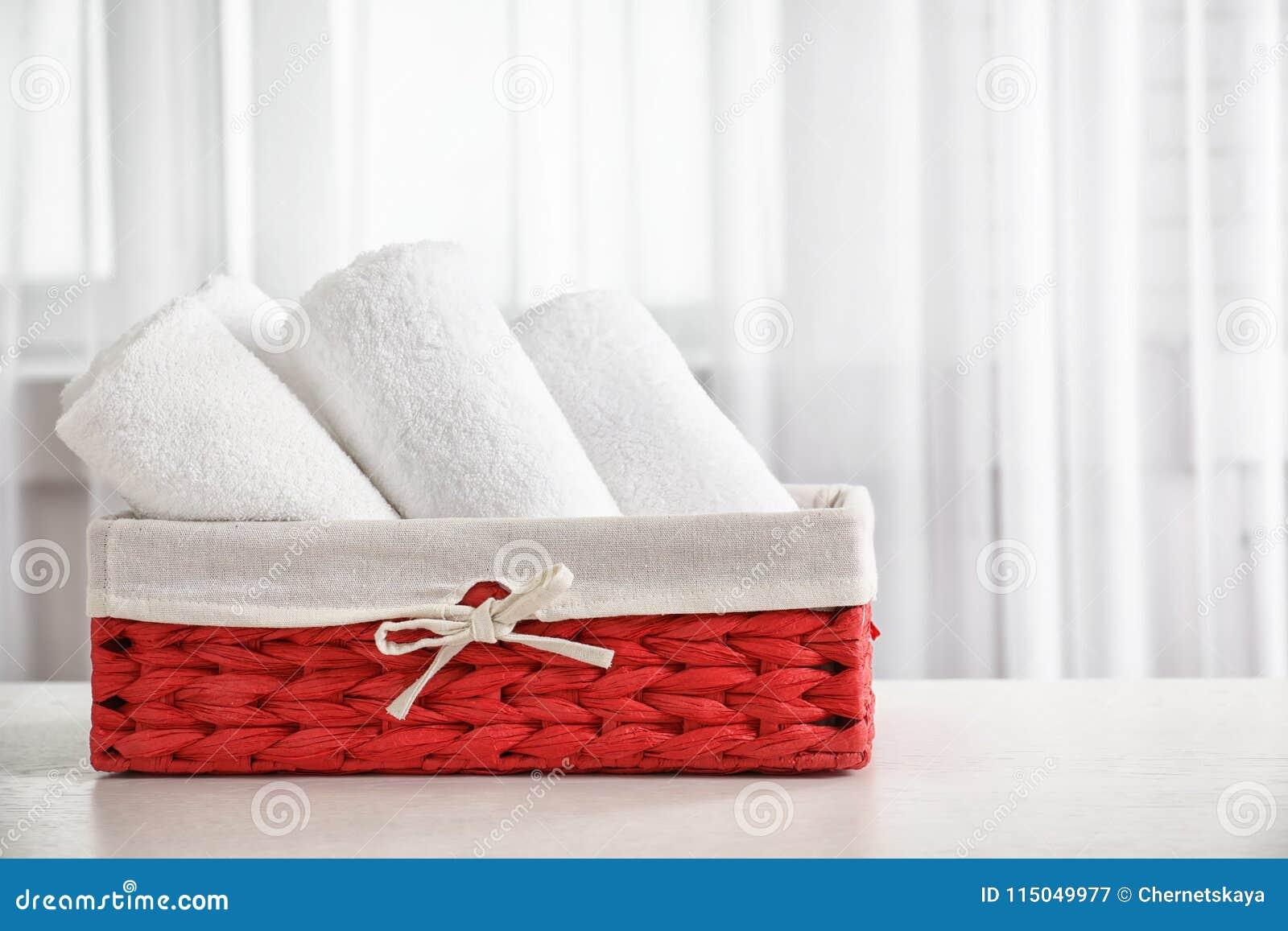 Cesta com toalhas limpas