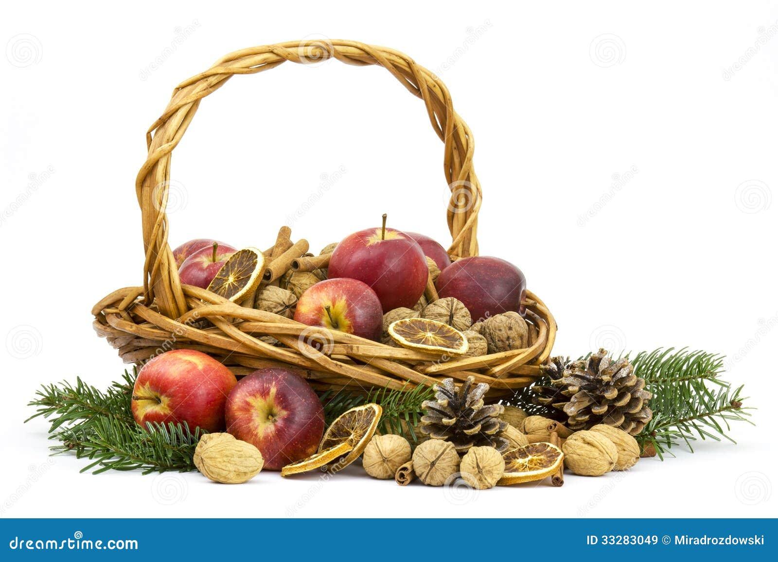 Cesta completamente das maçãs, porcas, canela