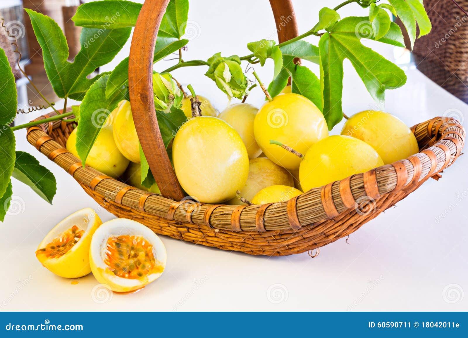 Cesta de fruta de la pasión en el fondo blanco