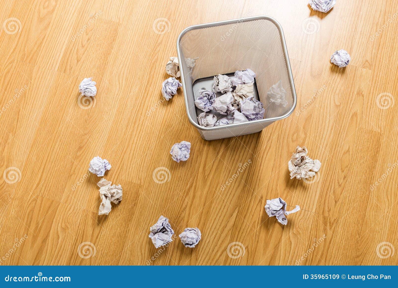Cesta de la basura y bola del papel