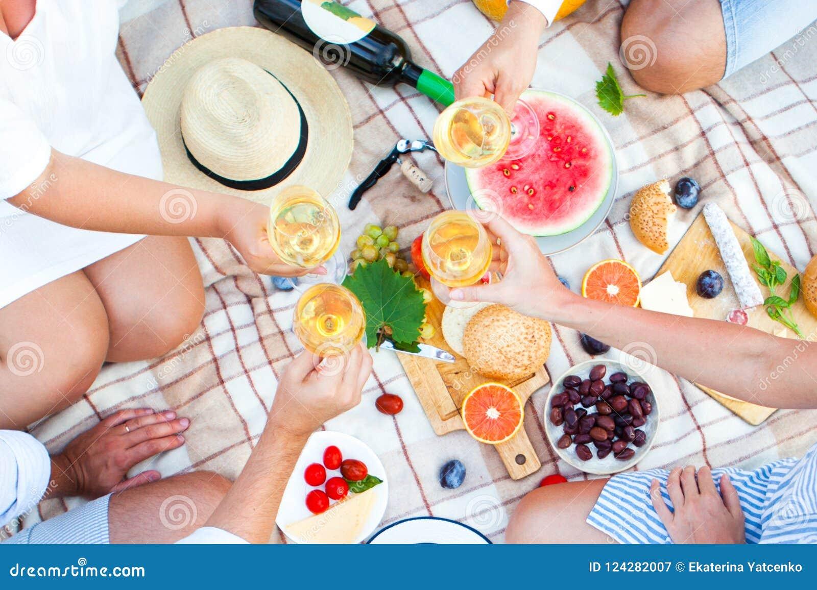 Cesta de la comida campestre del verano en la hierba verde Alimento y concepto de la bebida