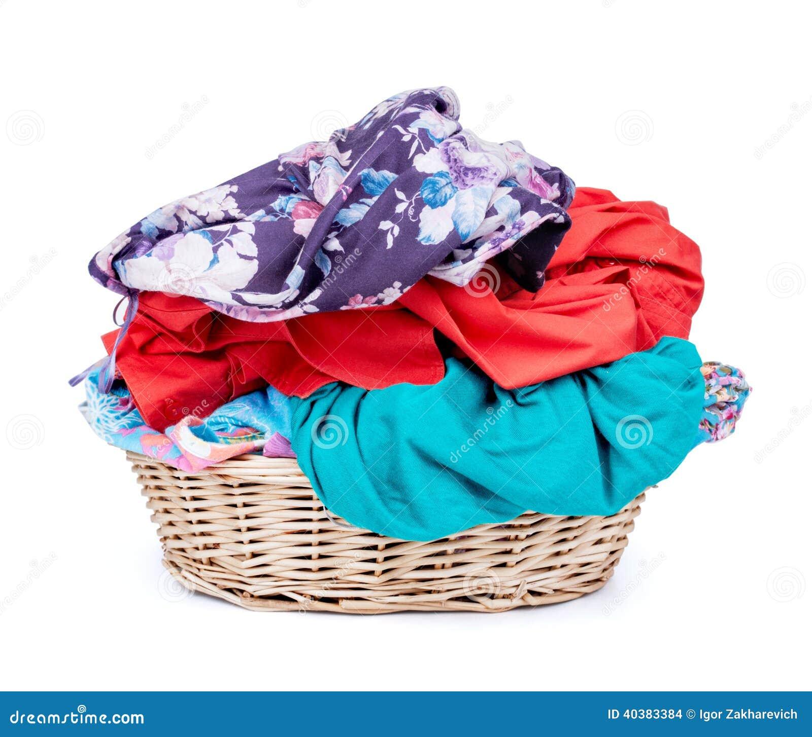 Cesta de lavadero de tiro horizontal de la ropa aislado en el CCB blanco