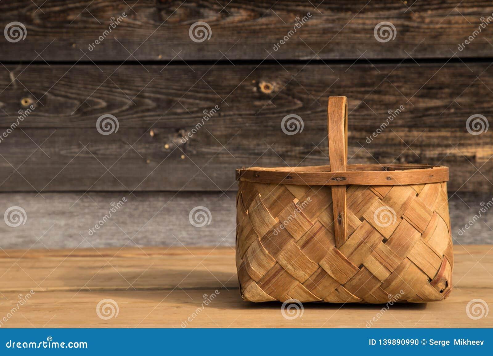 Cesta de vime antiga em um fundo de madeira Foco seletivo Espaço livre para o texto