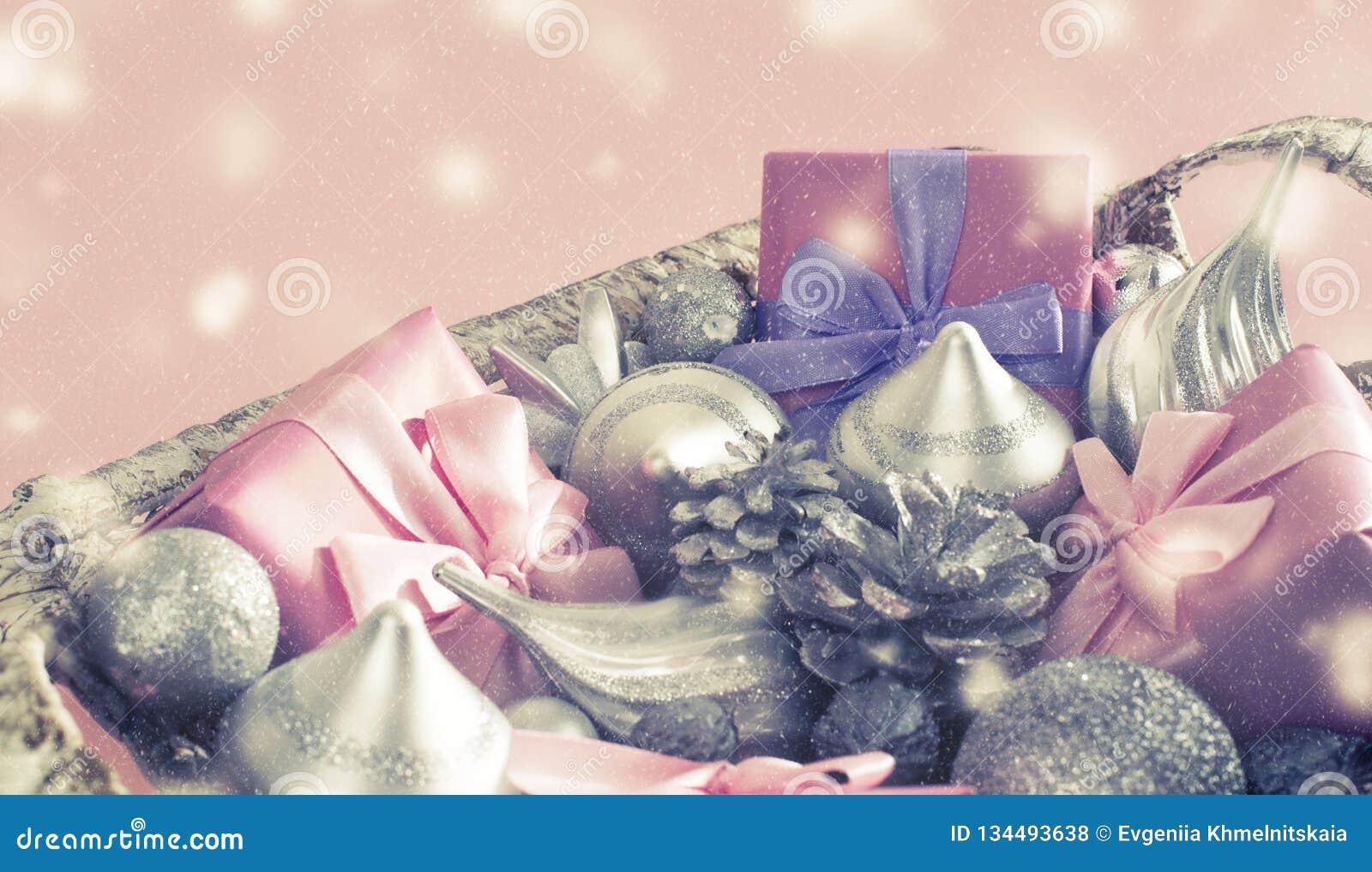 Cesta festiva de la bandera con los regalos y los juguetes para la decoración decorativa de las cajas de los artículos de la Navi