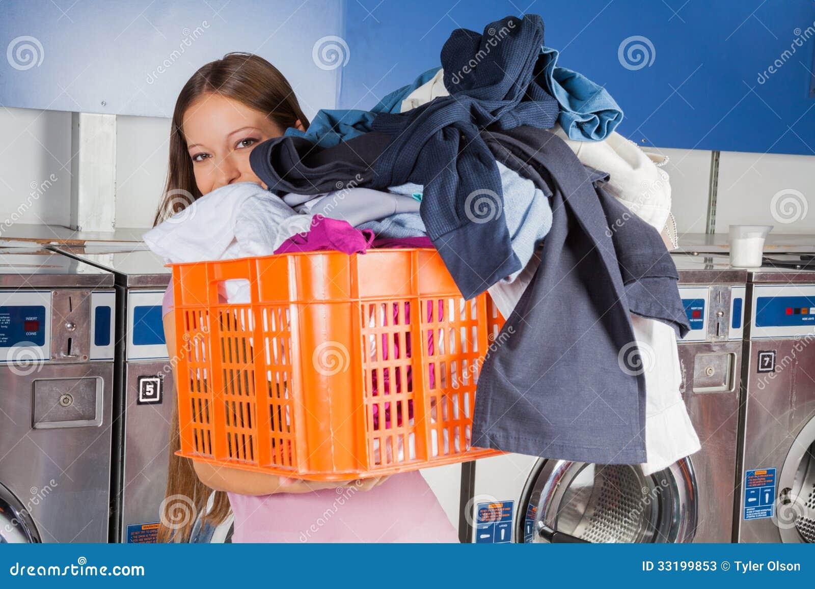 Cesta que lleva de la mujer por completo de ropa sucia - Cesta ropa sucia ...