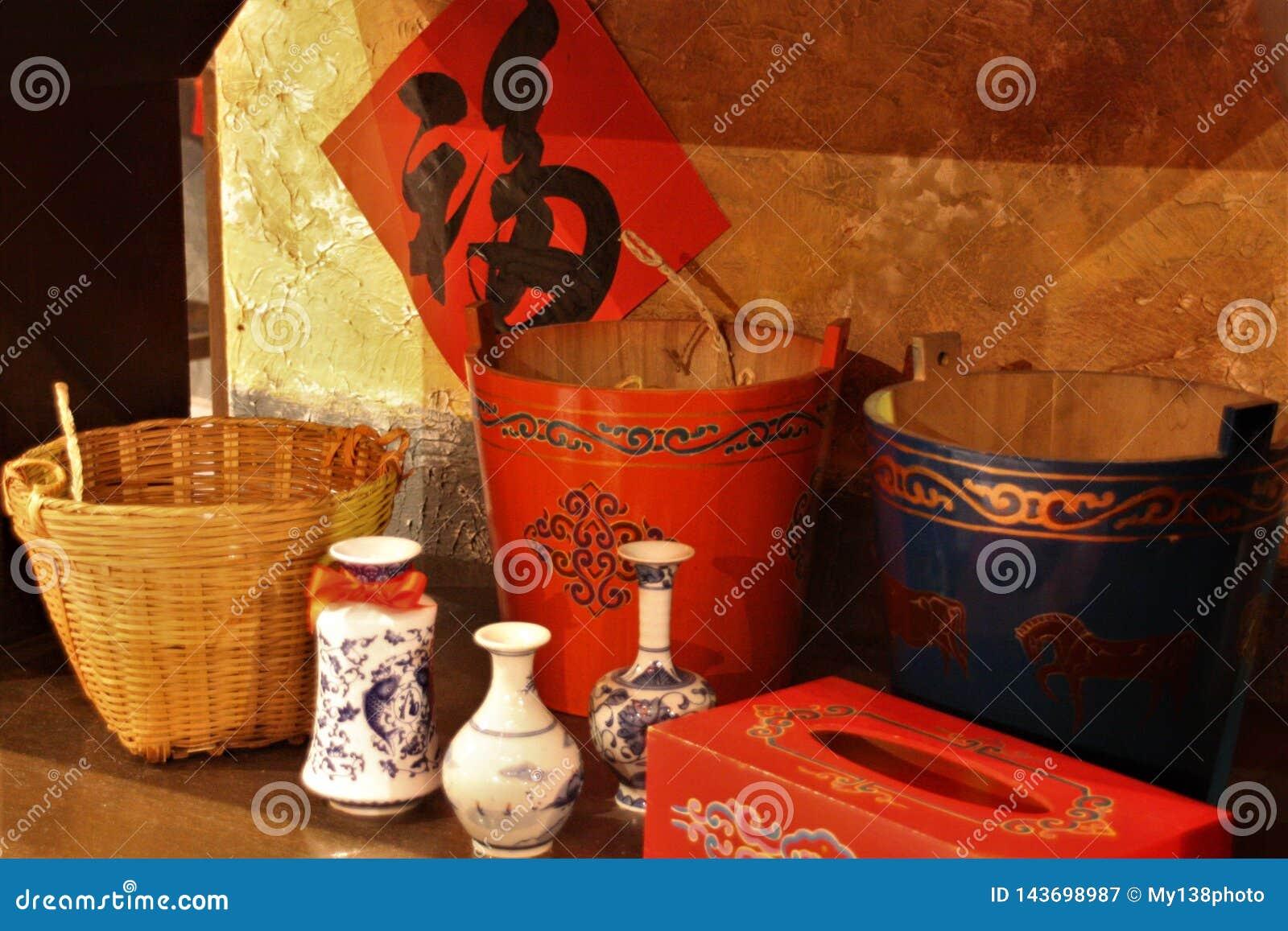 Cestas clássicas chinesas e balde dos utensílios
