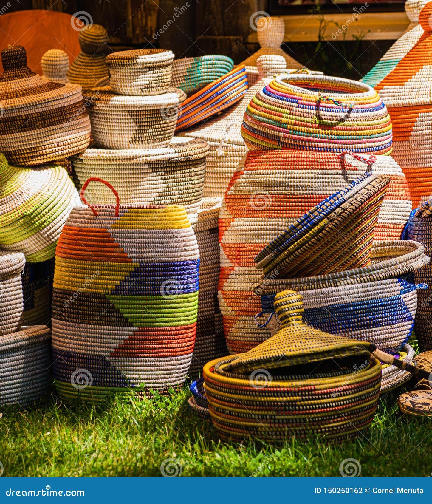 Cestas coloridas expostas para a venda