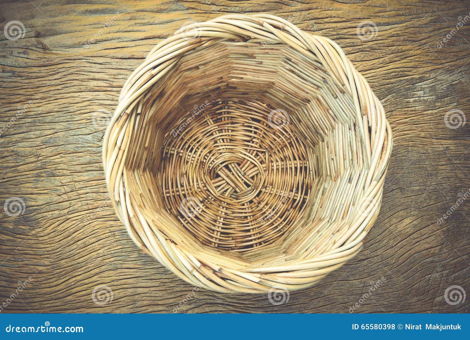 Cestas de vime na madeira