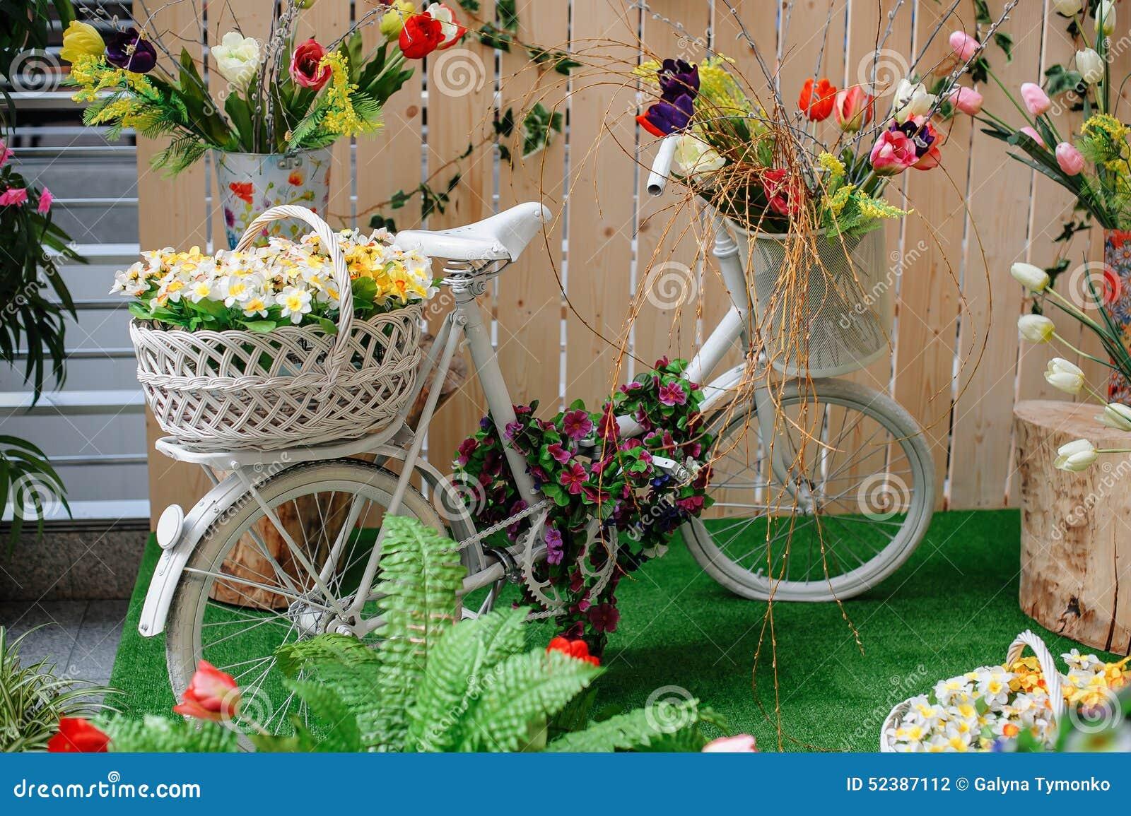 Cestas decorativas con las flores en una bicicleta blanca - Cestas decorativas ...