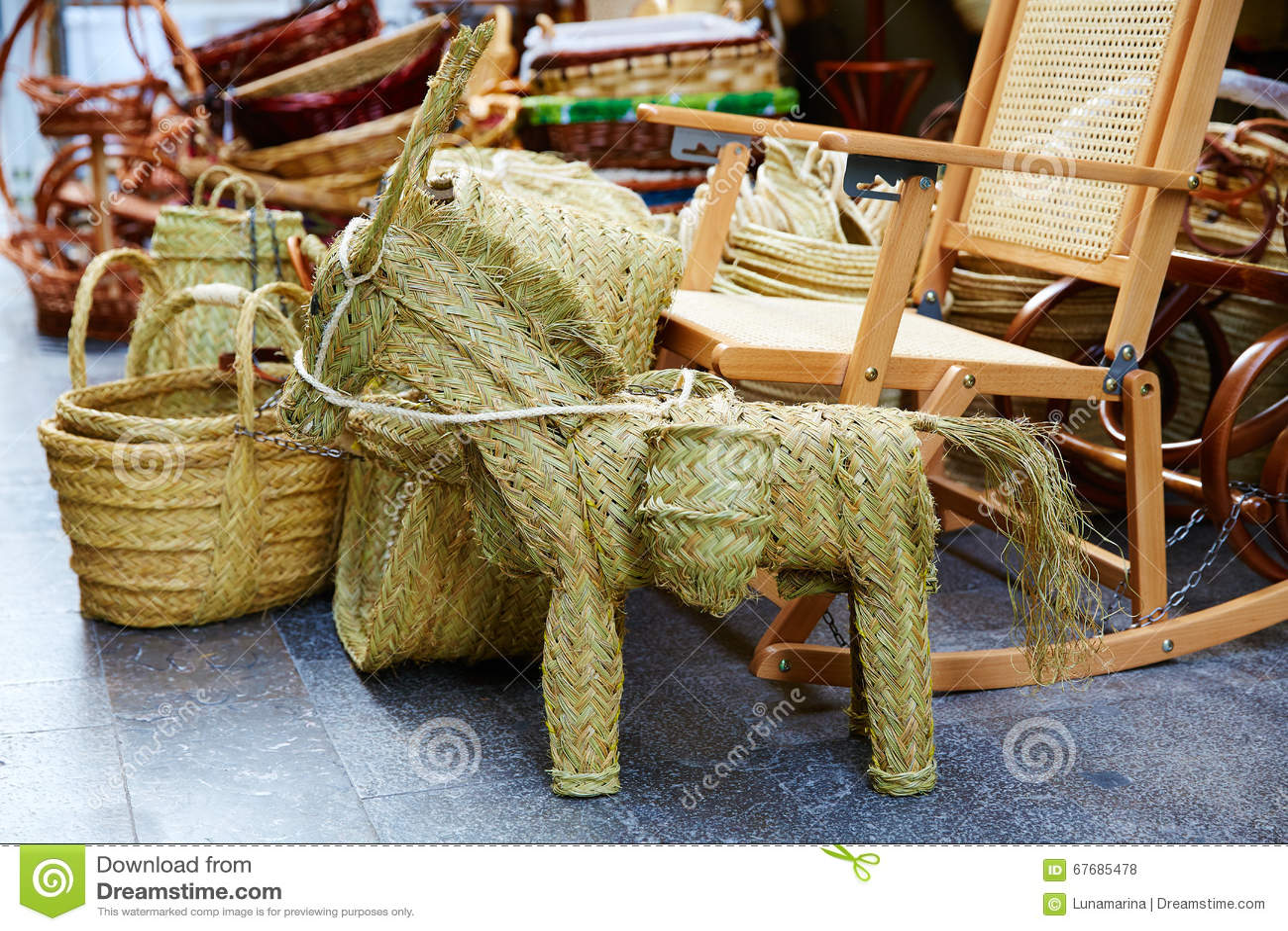Cestas y caballo de esparto de la artesan a de la alfa de - Cestas de esparto ...