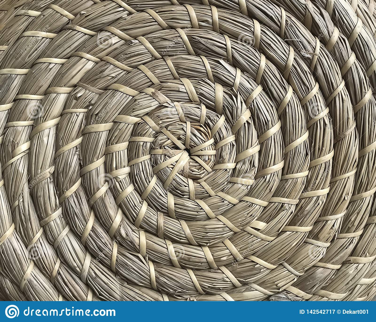 Cestería hecha de fibras naturales en estilo del círculo