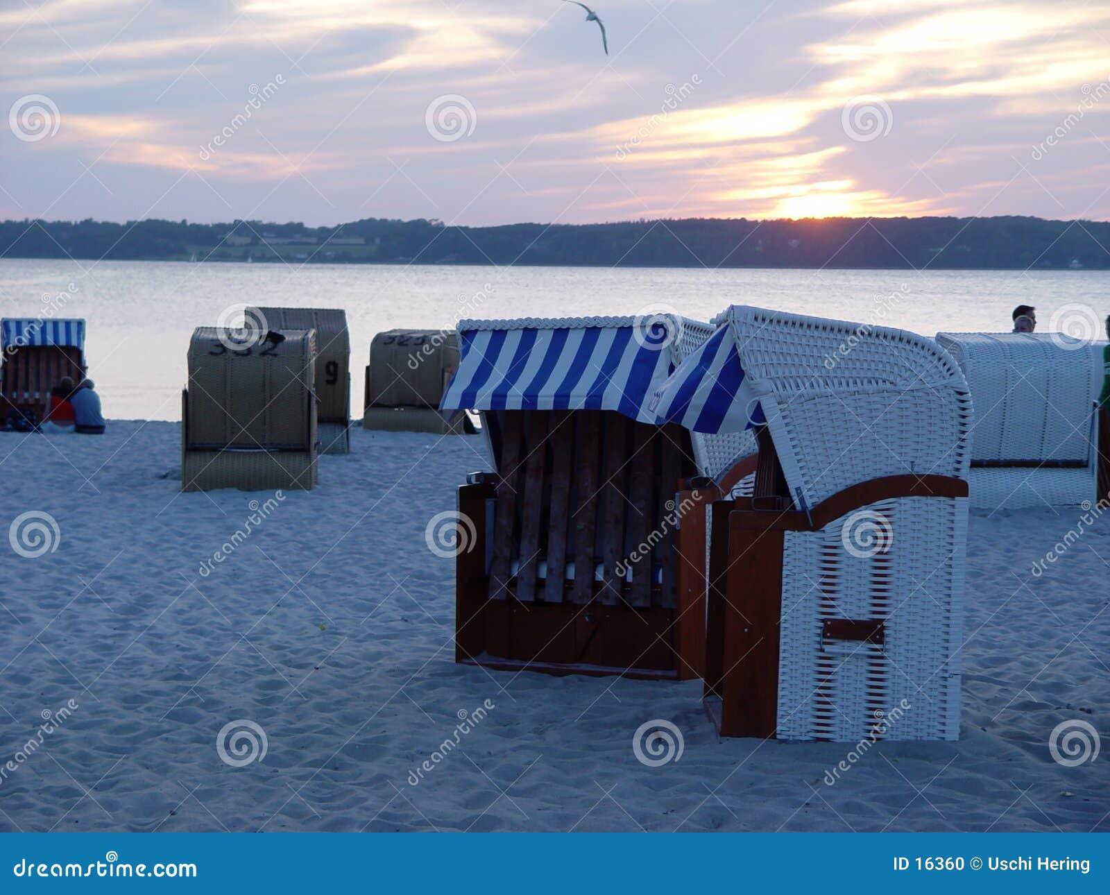 Cestini della spiaggia in sera