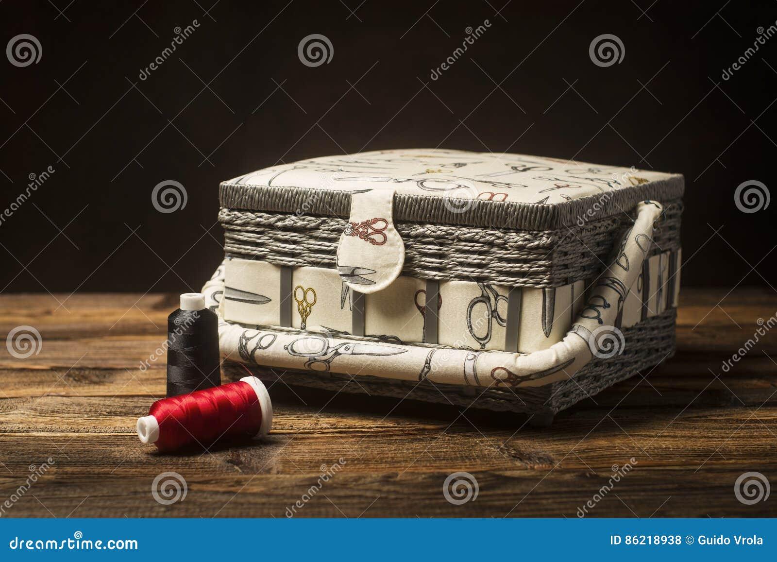 Cestini Da Lavoro Per Cucito cestino da lavoro di cucito e filati cucirini fotografia