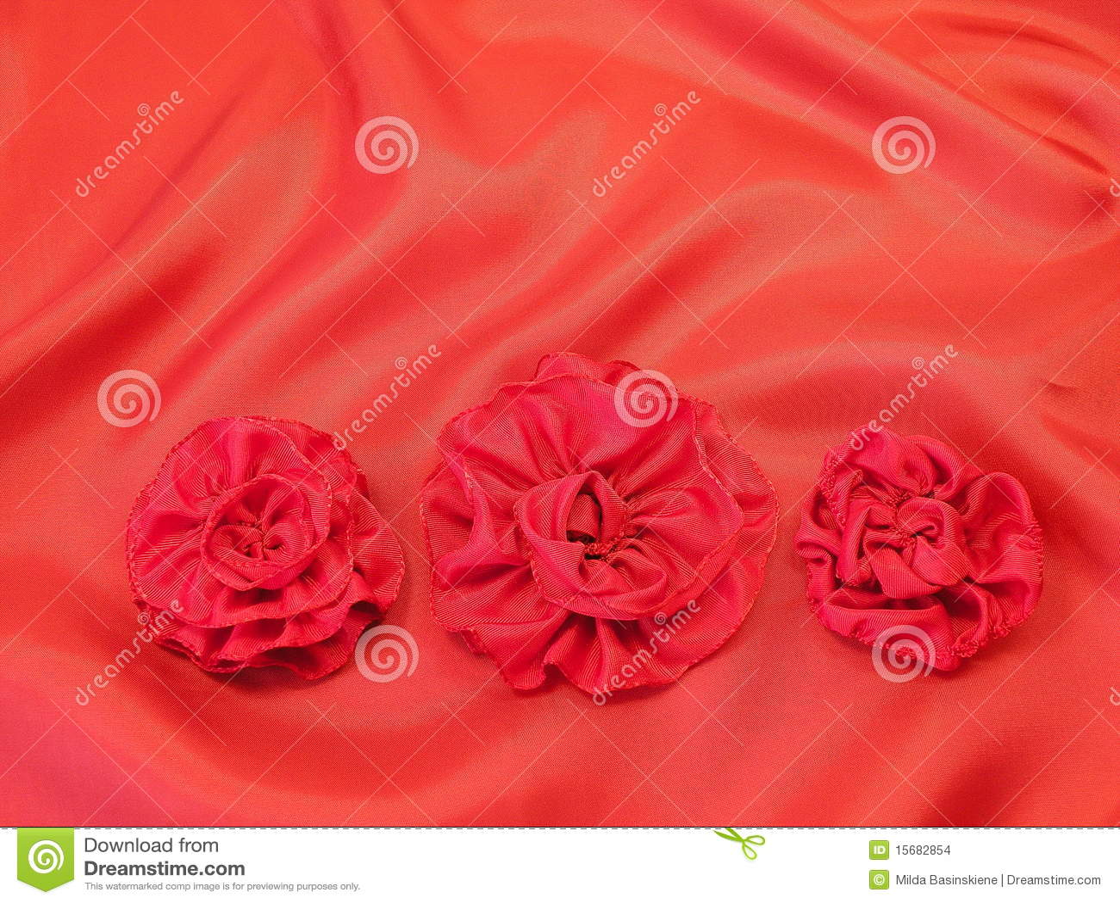 Cetim e flores vermelhos