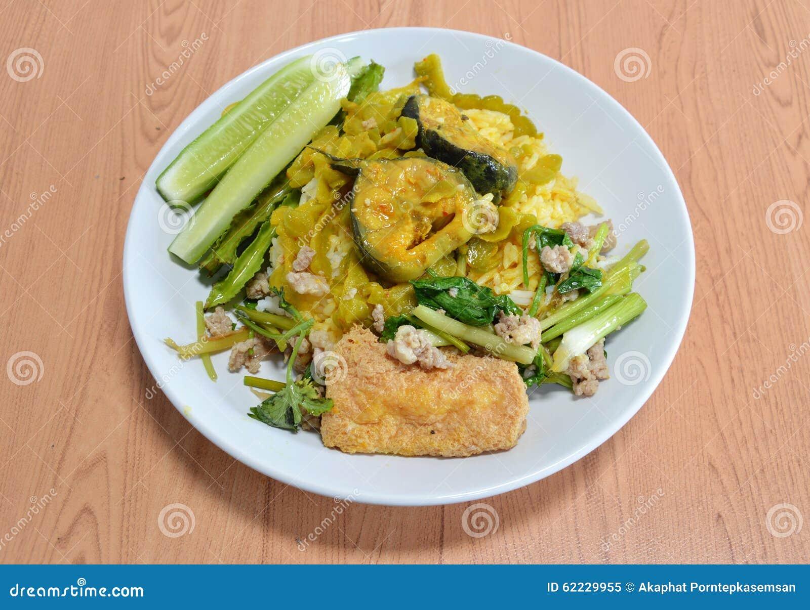 Cetriolo Amaro Del Curry Rosso Con Il Pesce Gatto Ed Il Tofu In