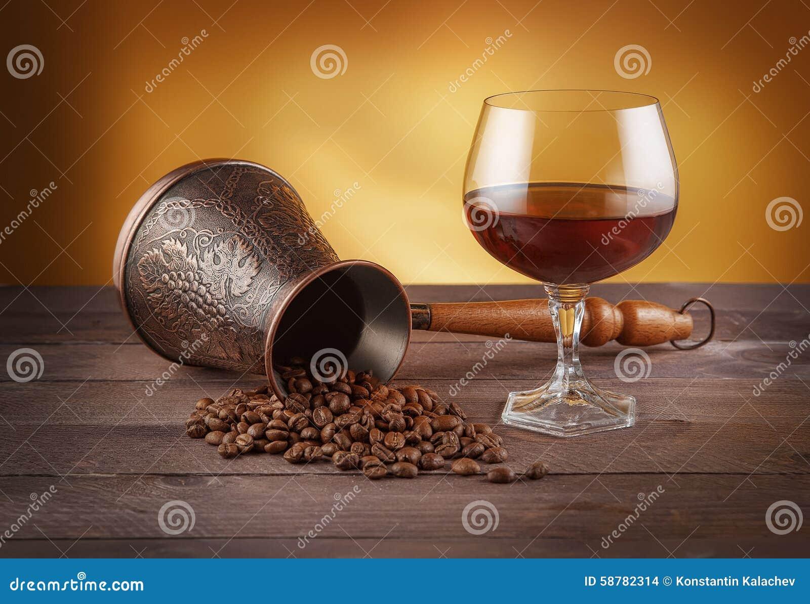 Cezve с кофейными зернами и стеклом вискиа
