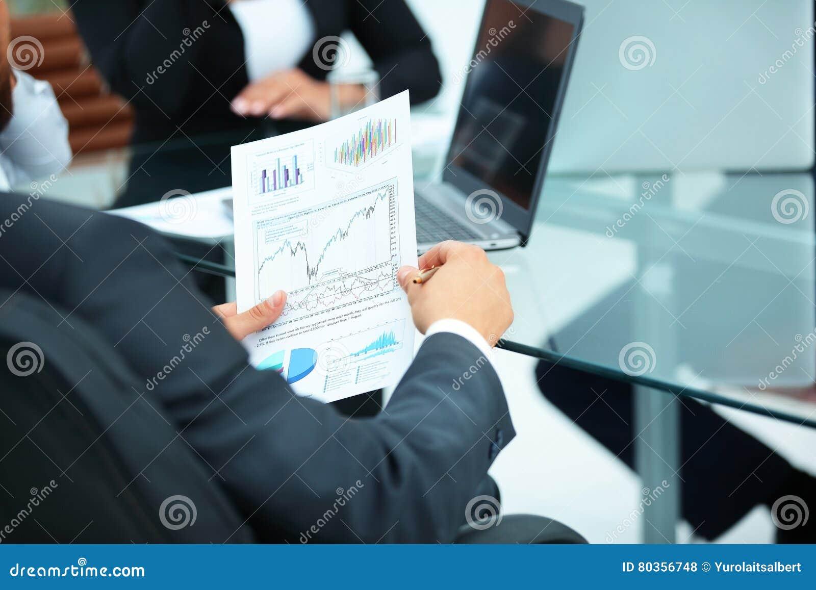 CFO regarde un graphique de l état financier de la société