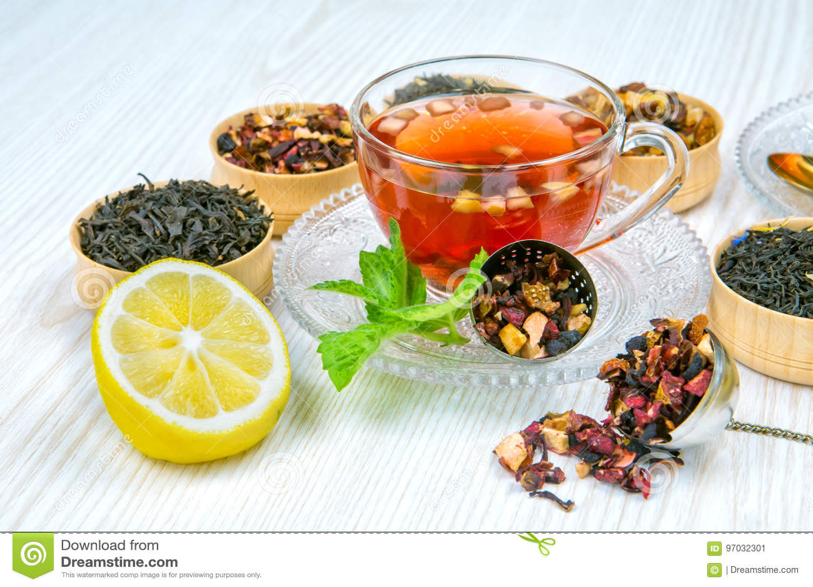 Chá, copo do chá, vários tipos do chá, chá na tabela