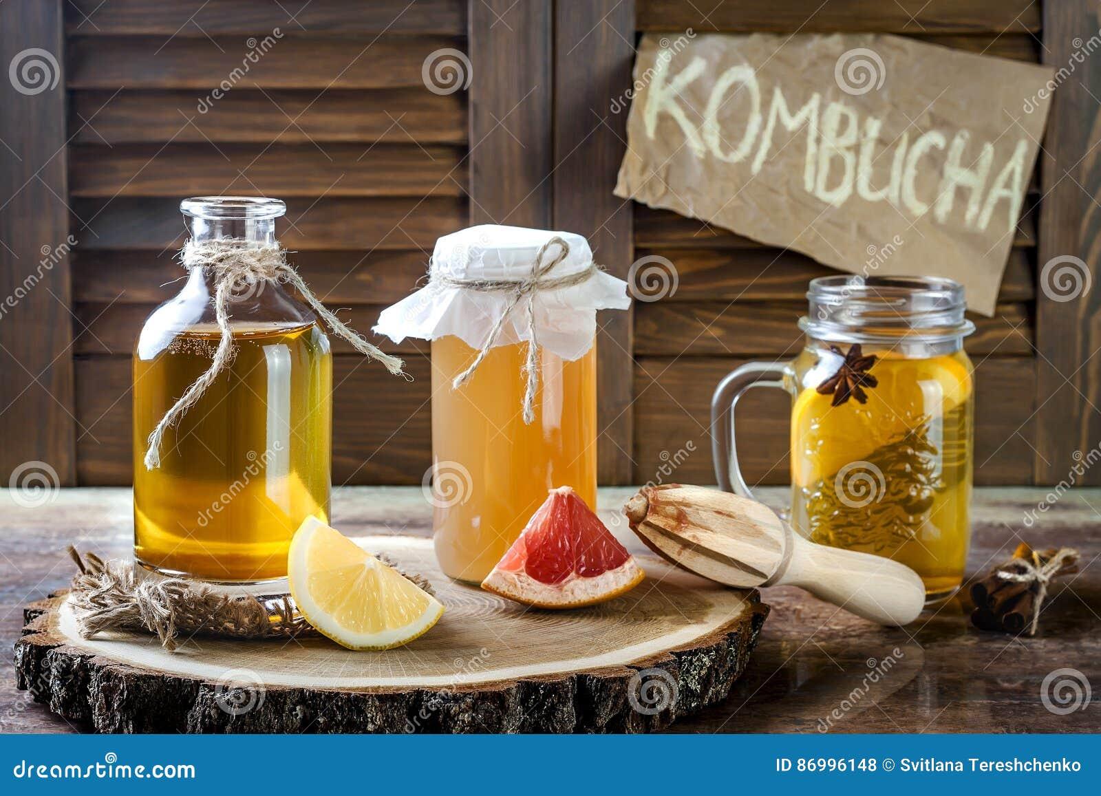 Chá cru fermentado caseiro do kombucha com temperos diferentes Bebida flavored probiótico natural saudável Copie o espaço