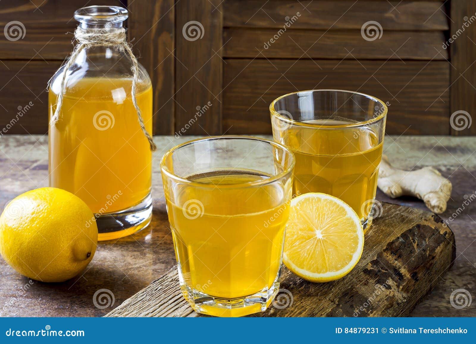 Chá cru fermentado caseiro do kombucha do limão do gengibre Bebida flavored probiótico natural saudável Copie o espaço