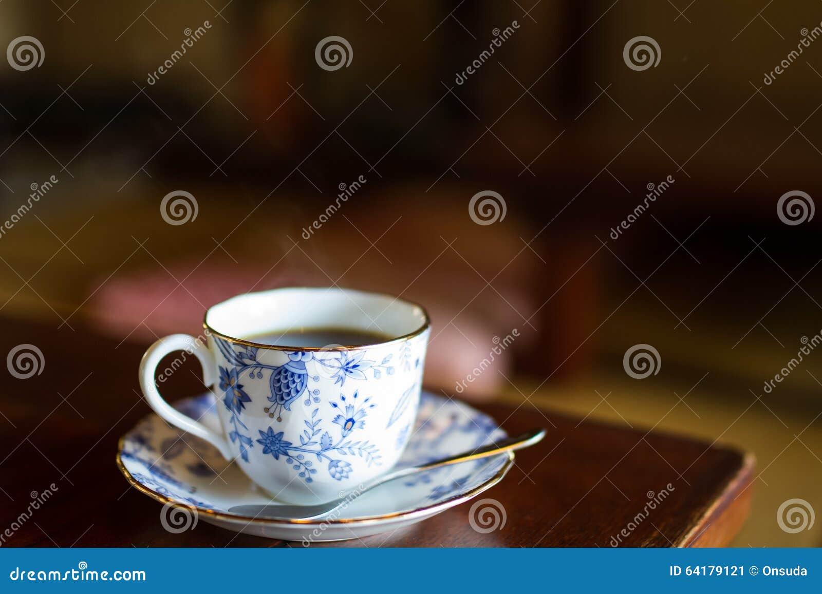 Chá quente no copo do vintage