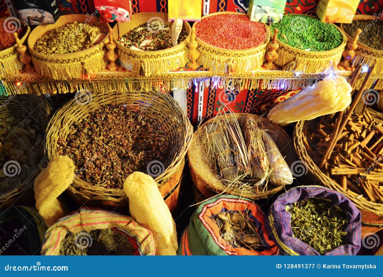 Chás e especiarias secados nas cestas no mercado tradicional