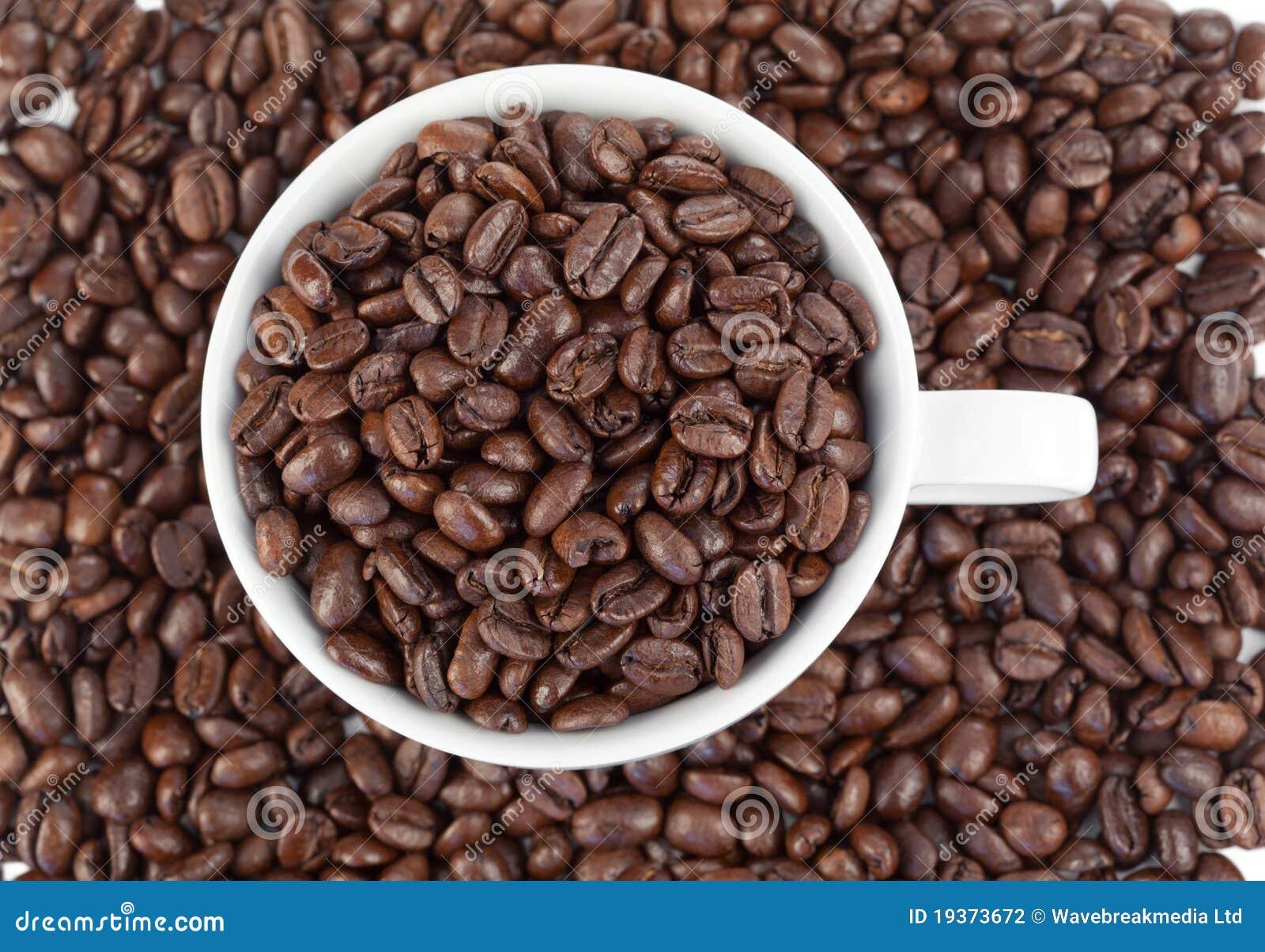 Chávena de café branca pequena cheia do café