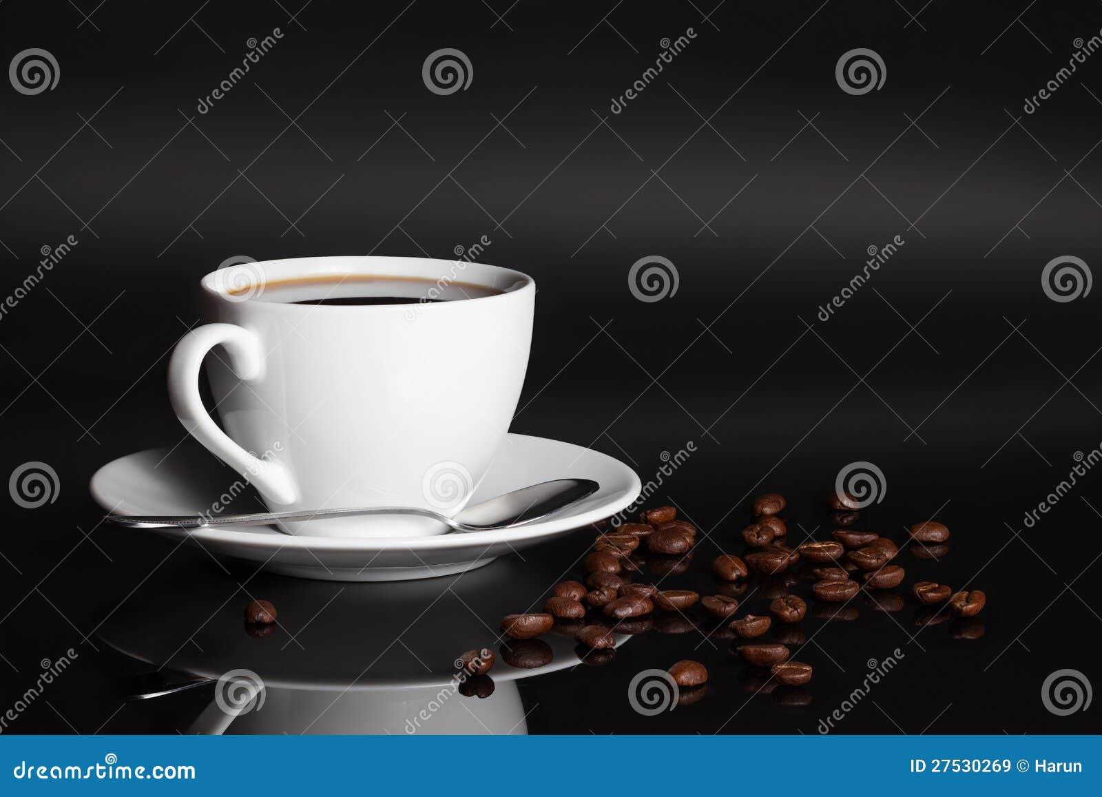 Chávena de café com feijões