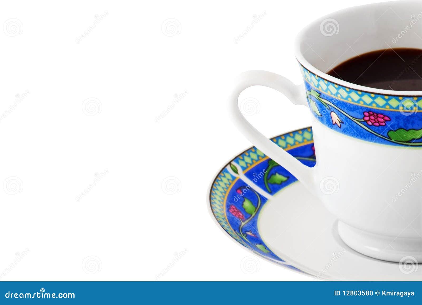 Chávena de café em uma placa colorida no branco