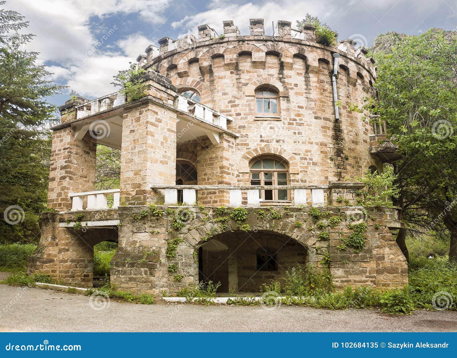 Château abandonné dans la vallée Narzanov Secteur skiy de ` de Zol, Karachay-Cherkessia