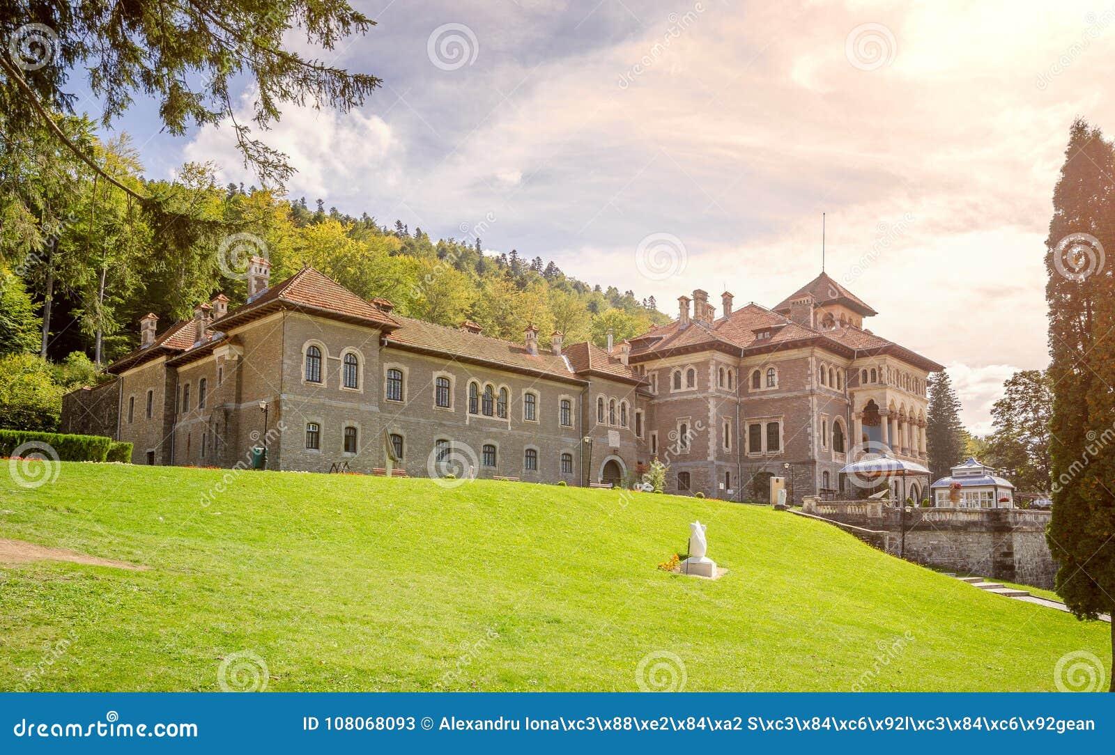 Château de Cantacuzino dans le néo- style architectural roumain dans Busteni un jour ensoleillé au crépuscule