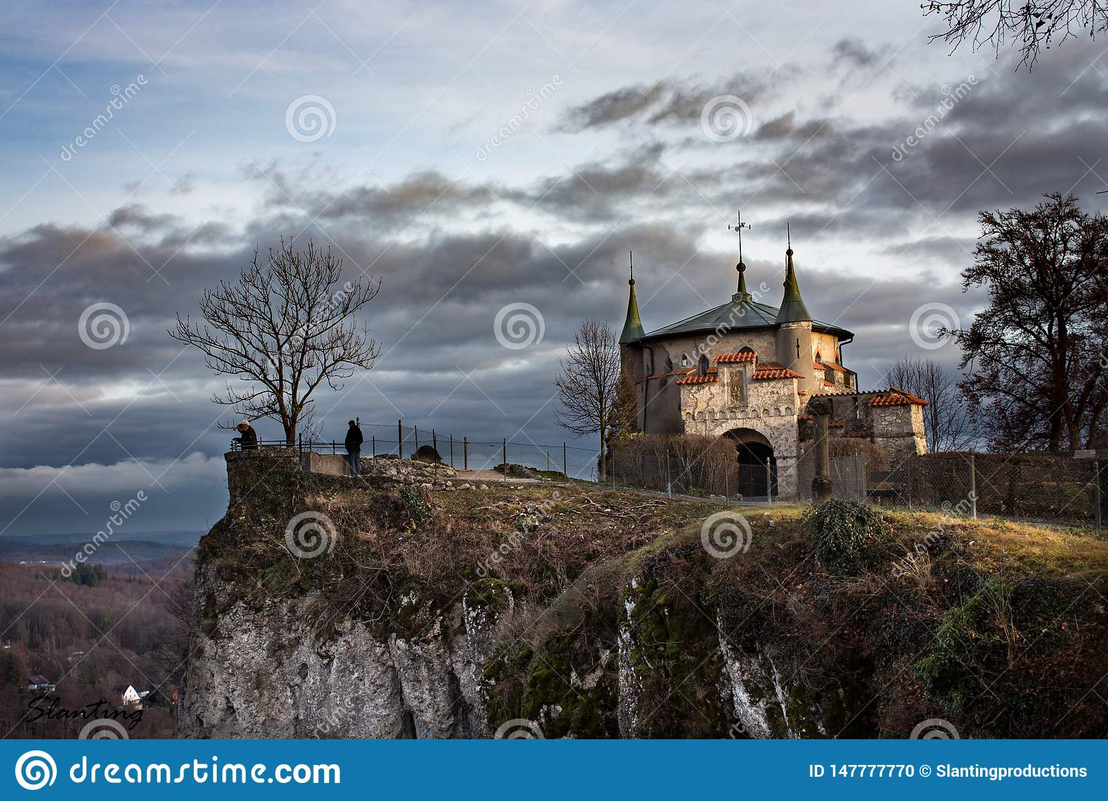 Château de conte de fées sur une falaise