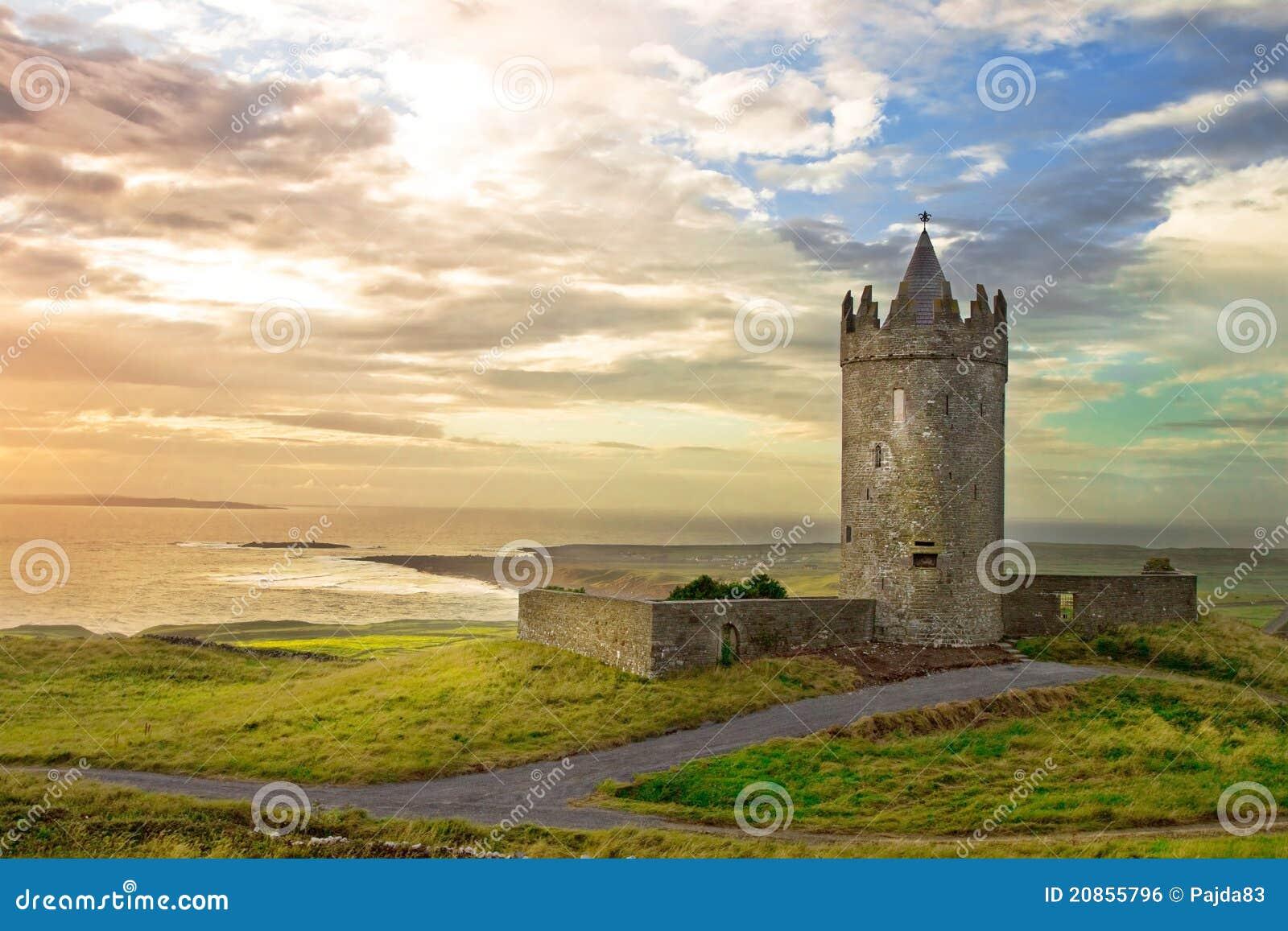 Château de Doonagore dans le beau paysage, Irlande