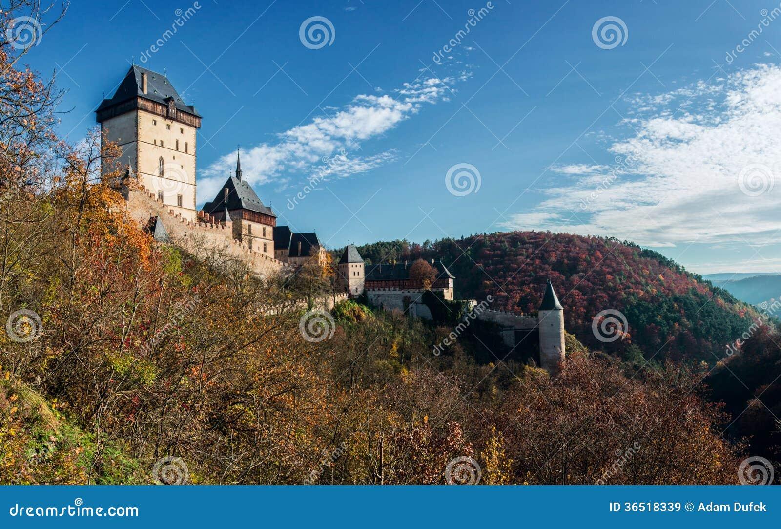 Château de Karlstejn dans des couleurs d automne
