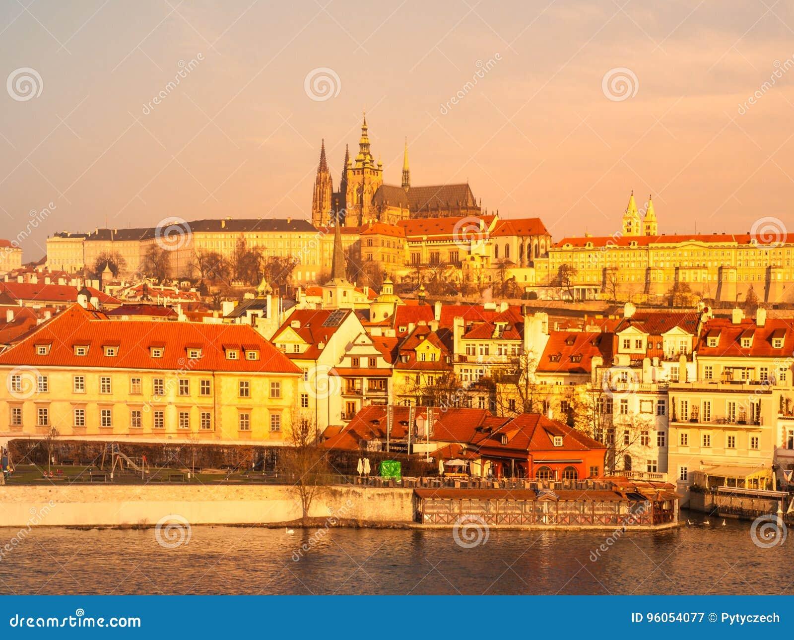 Château de Prague et rivière de Vltava illuminée par lever de soleil d or, Prague, République Tchèque