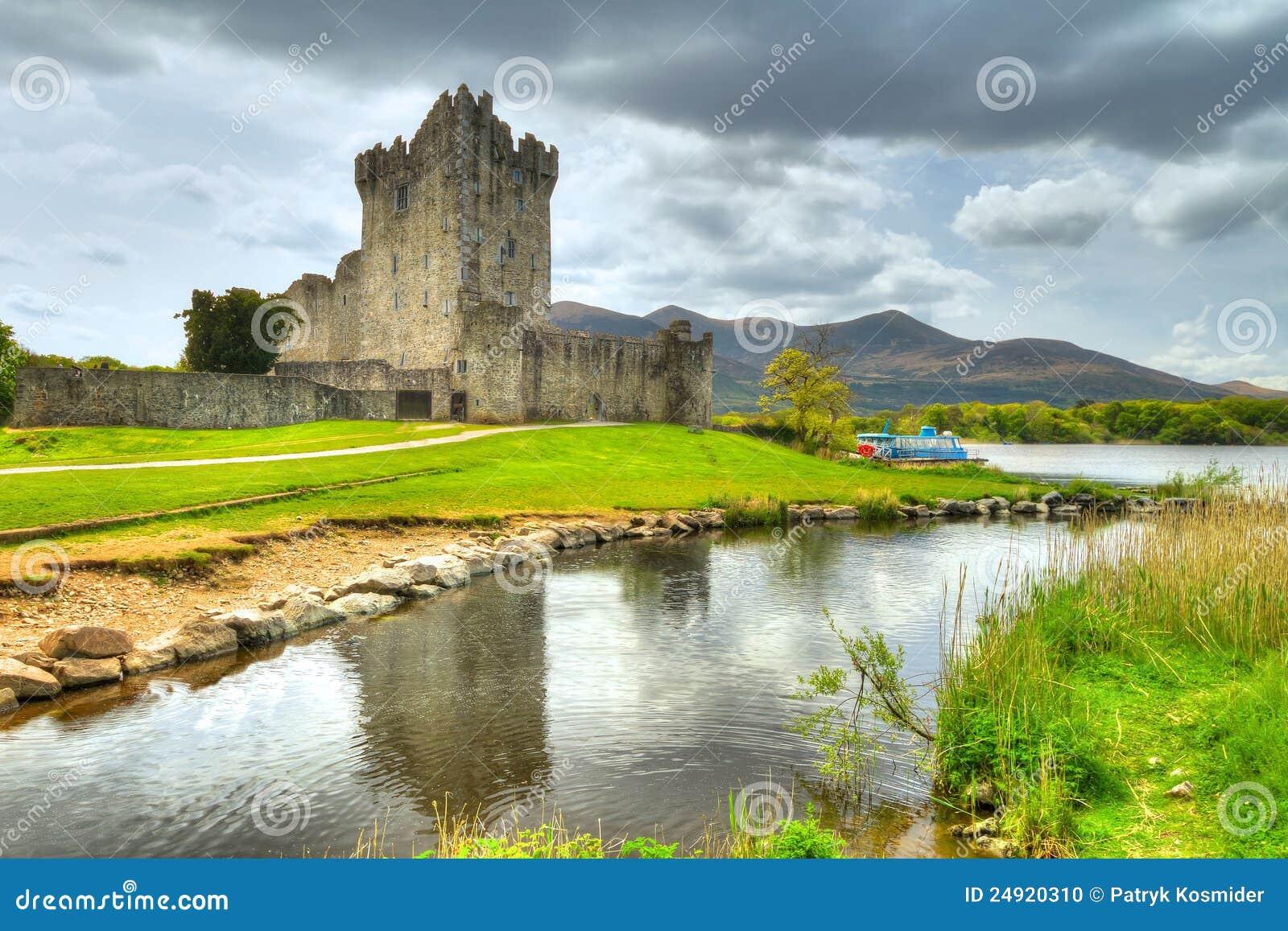 Château de Ross avec la réflexion dans Cie. Kerry