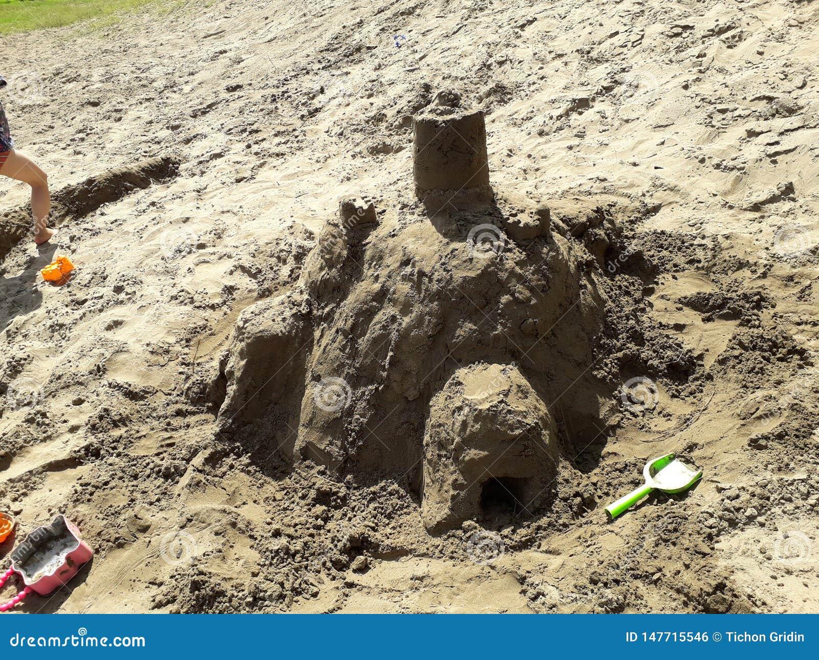 Château de sable fait par des enfants en été