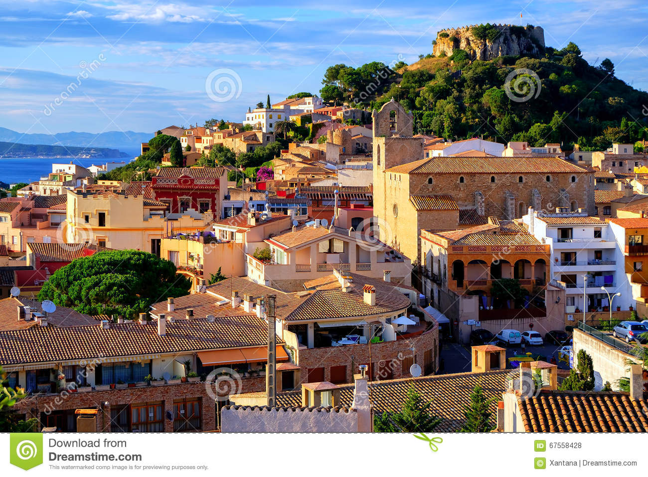 ch teau m di val dans la ville de begur catalogne espagne photo stock image 67558428. Black Bedroom Furniture Sets. Home Design Ideas