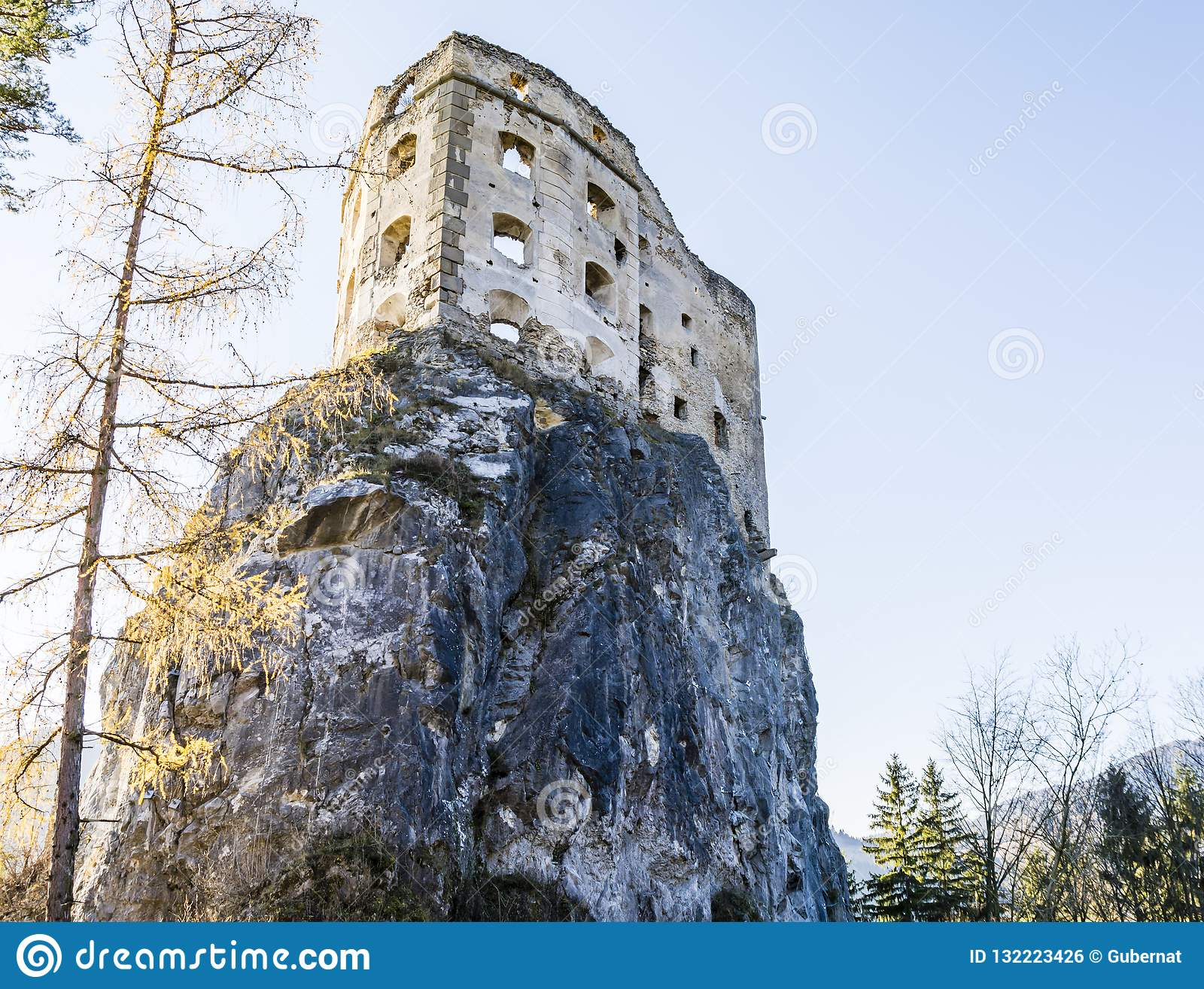 Château royal de Likava - murs détruits de la forteresse sur la roche
