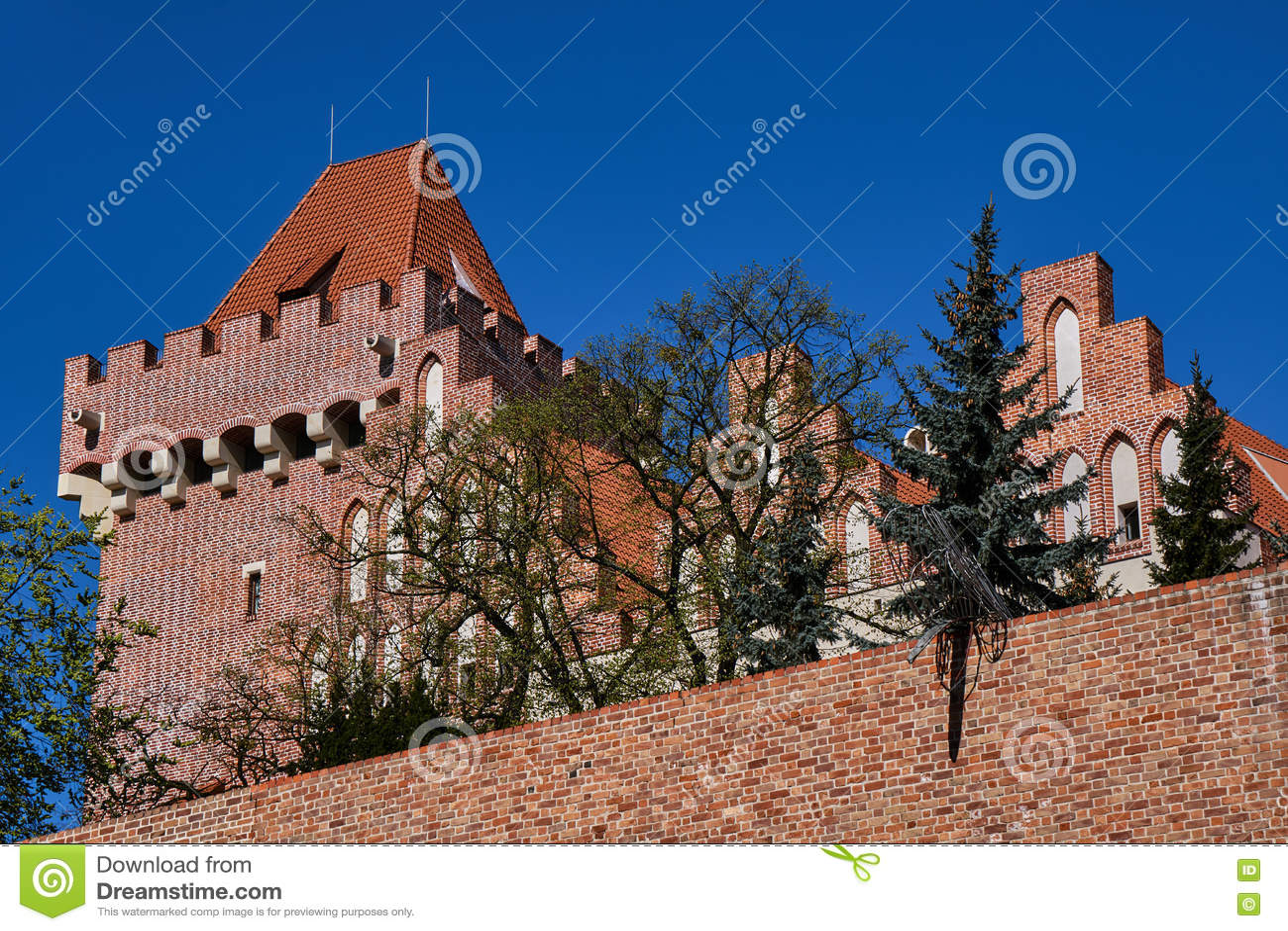 Château royal reconstruit par tour
