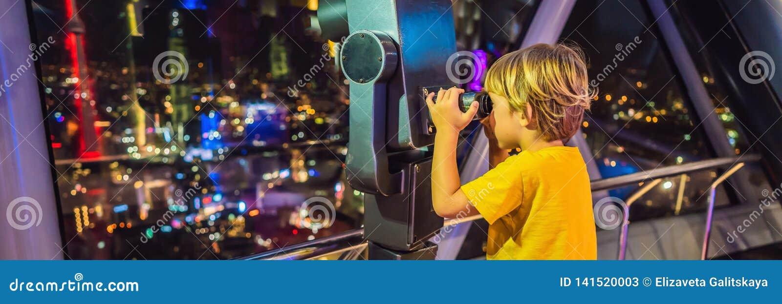 Chłopiec spojrzenia przy Kuala Lumpur pejzażem miejskim Panoramiczny widok Kuala Lumpur miasta linia horyzontu wieczór przy zmier