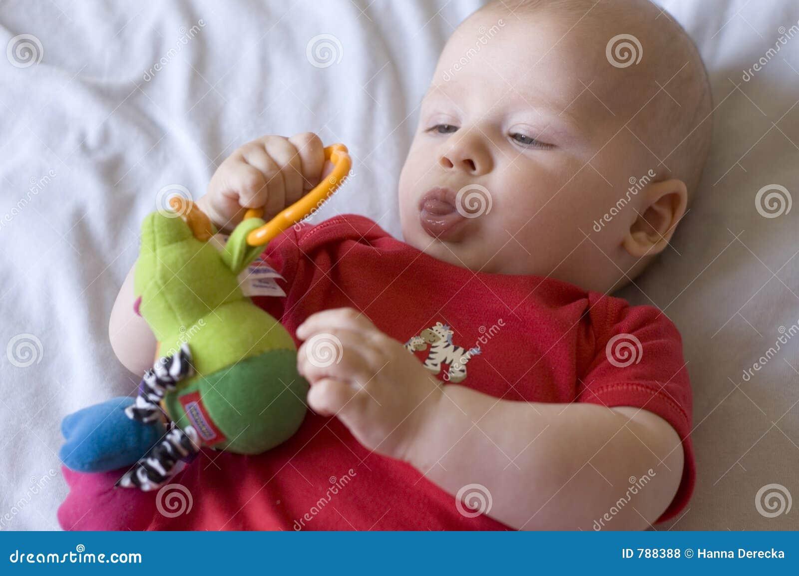 Chéri avec le jouet
