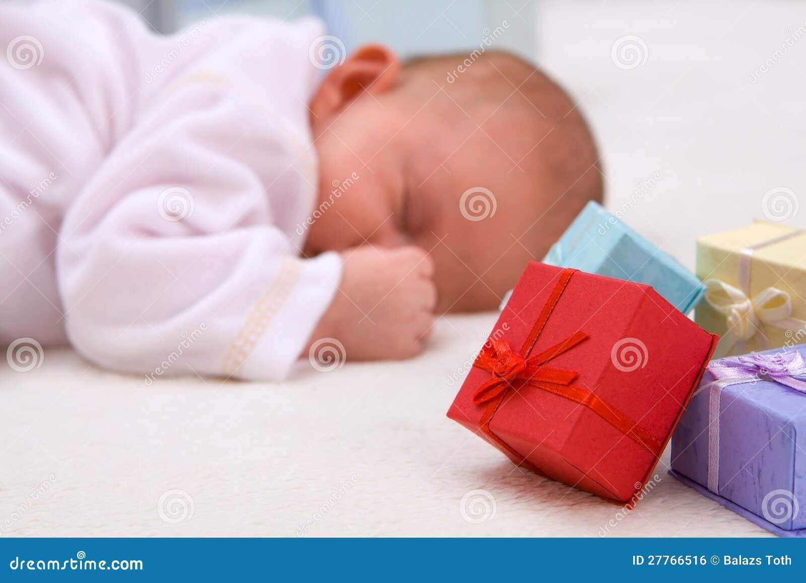 Chéri dormant par des boîtes-cadeau