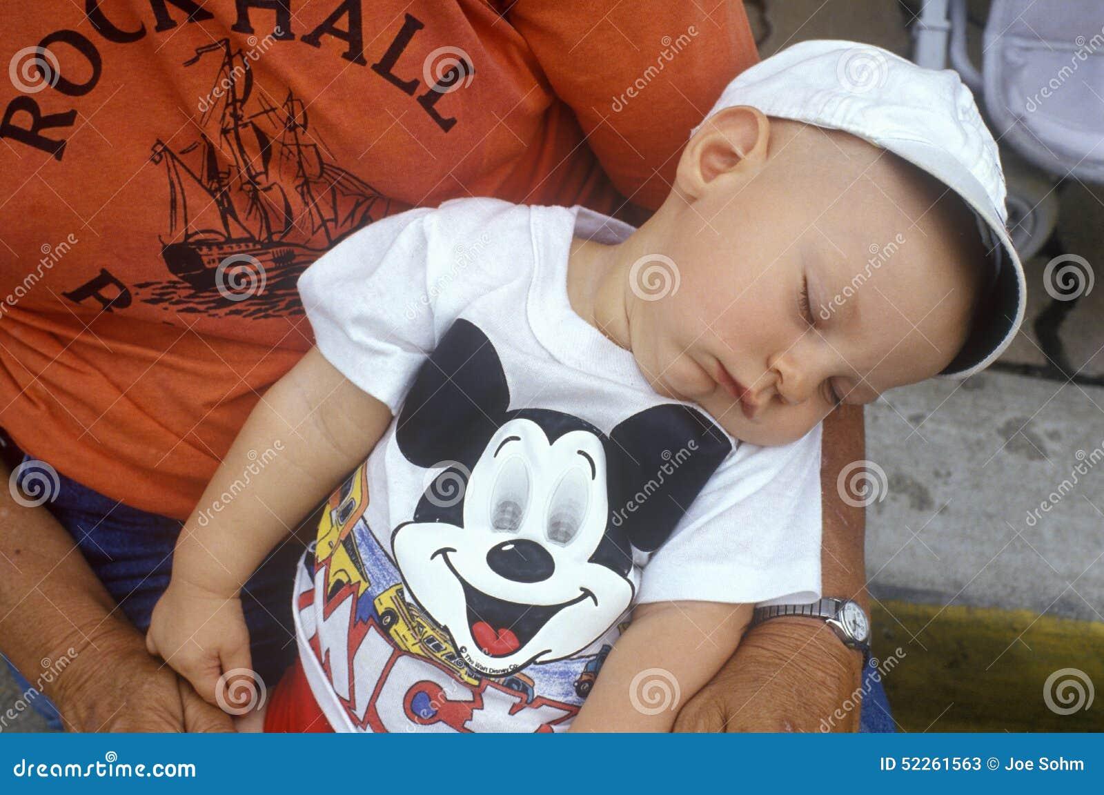 Chéri en sommeil dans des bras de mères à la 4ème du défilé de juillet, roche Hall, rivage est, DM