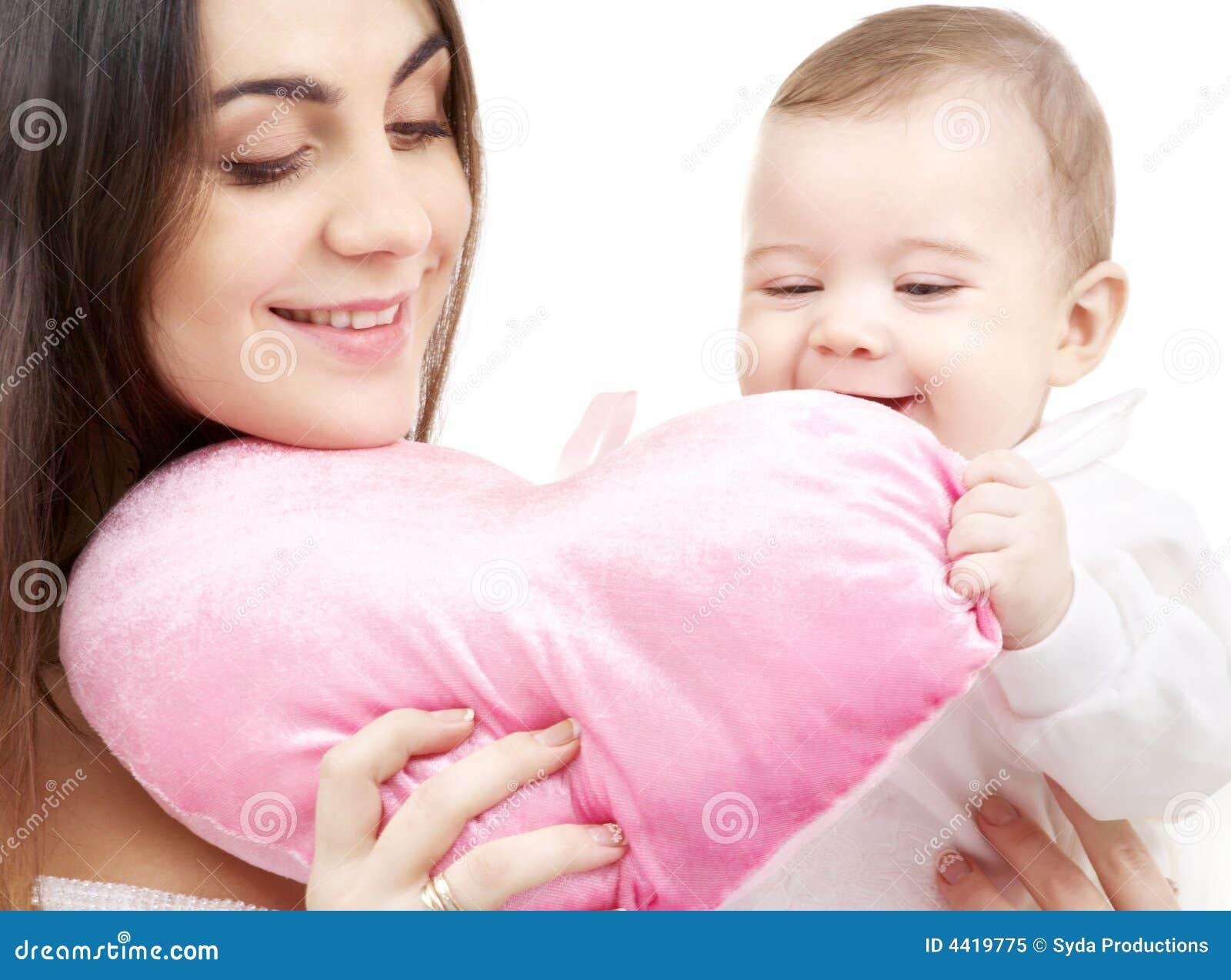 Chéri et maman avec l oreiller en forme de coeur