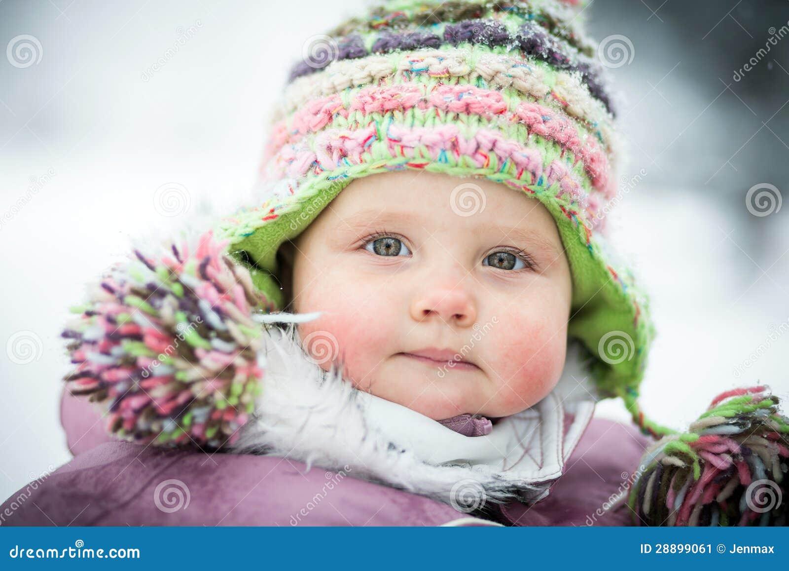 Chéri heureuse sur le fond de l hiver