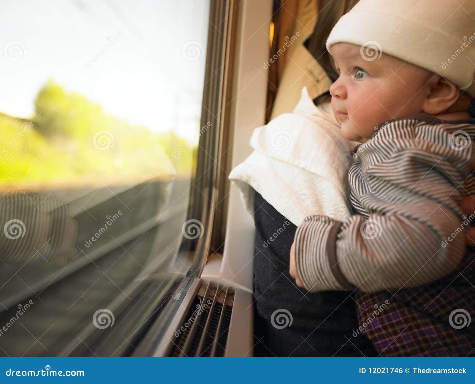 Chéri regardant à l extérieur l hublot de train