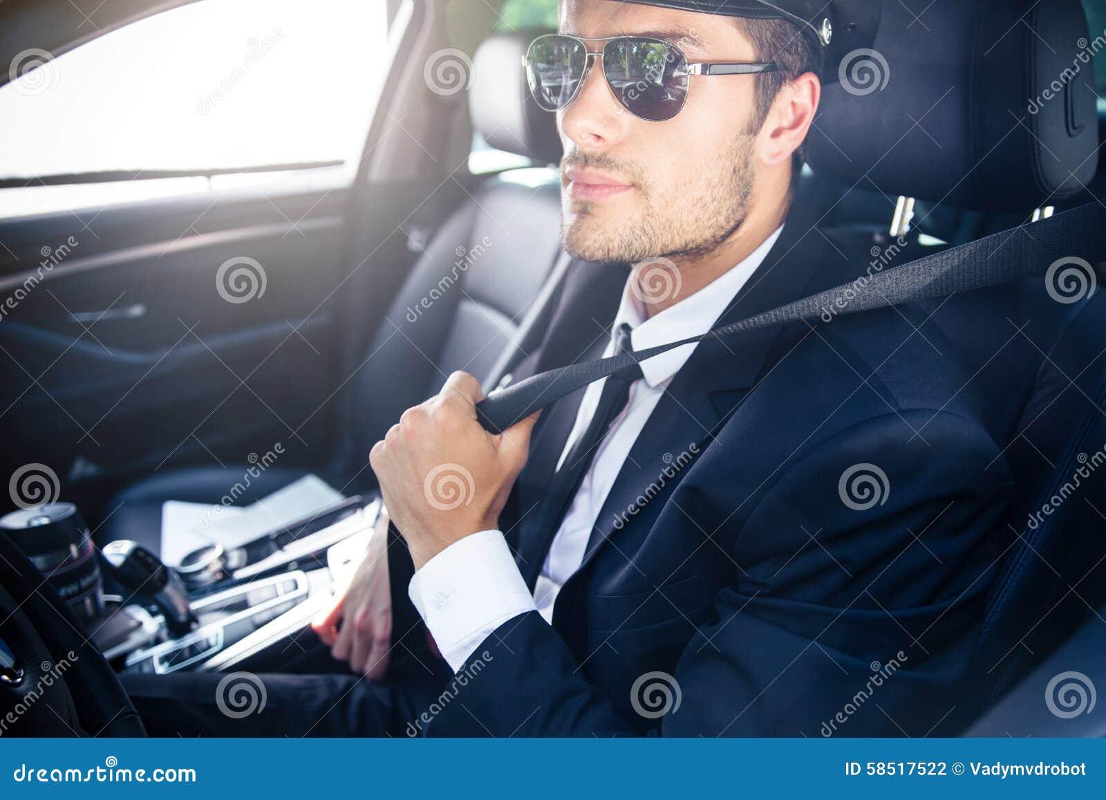 Chófer de sexo masculino que se sienta en un coche