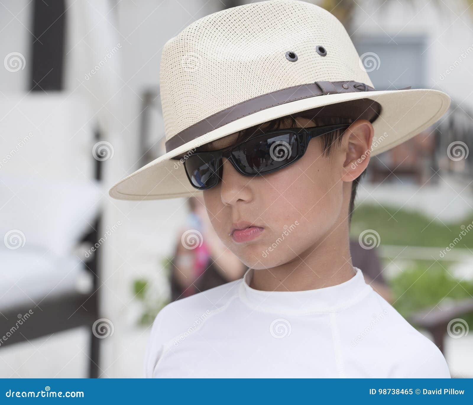 Chłodno chłopiec na plaży